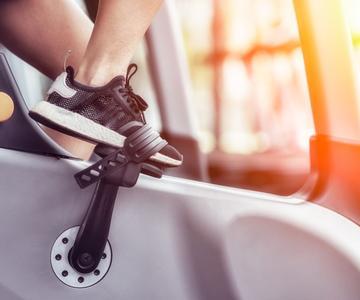 Cómo ponerse en forma en una bicicleta de interior en 50 minutos
